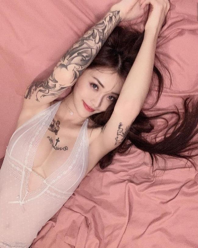 Cô nàng có biệt danhFujiwara Kira nổi tiếng trên khắp các trang mạng Trung Quốc vì sở thích xăm hình. Không chỉ vậy, ngoại hình nóng bỏng của cô cũng là điểm thu hút lớn.