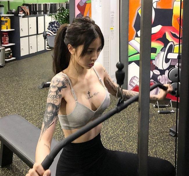 Trang cá nhân của cô ngập tràn các hình ảnh rèn luyện thân thể. Mặc dù là con gái liễu yếu đào tơ nhưng cô nàng thường xuyên tập các bài tạ nặng mất sức.