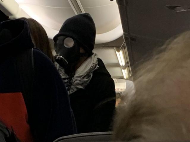 """Giữa dịch Corona, đeo mặt nạ phòng độc lên máy bay khiến hành khách và tiếp viên """"tá hỏa"""""""
