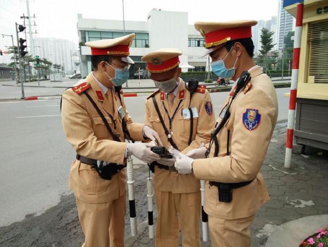 Chùm ảnh CSGT đeo khẩu trang, găng tay kiểm tra nồng độ cồn - 1