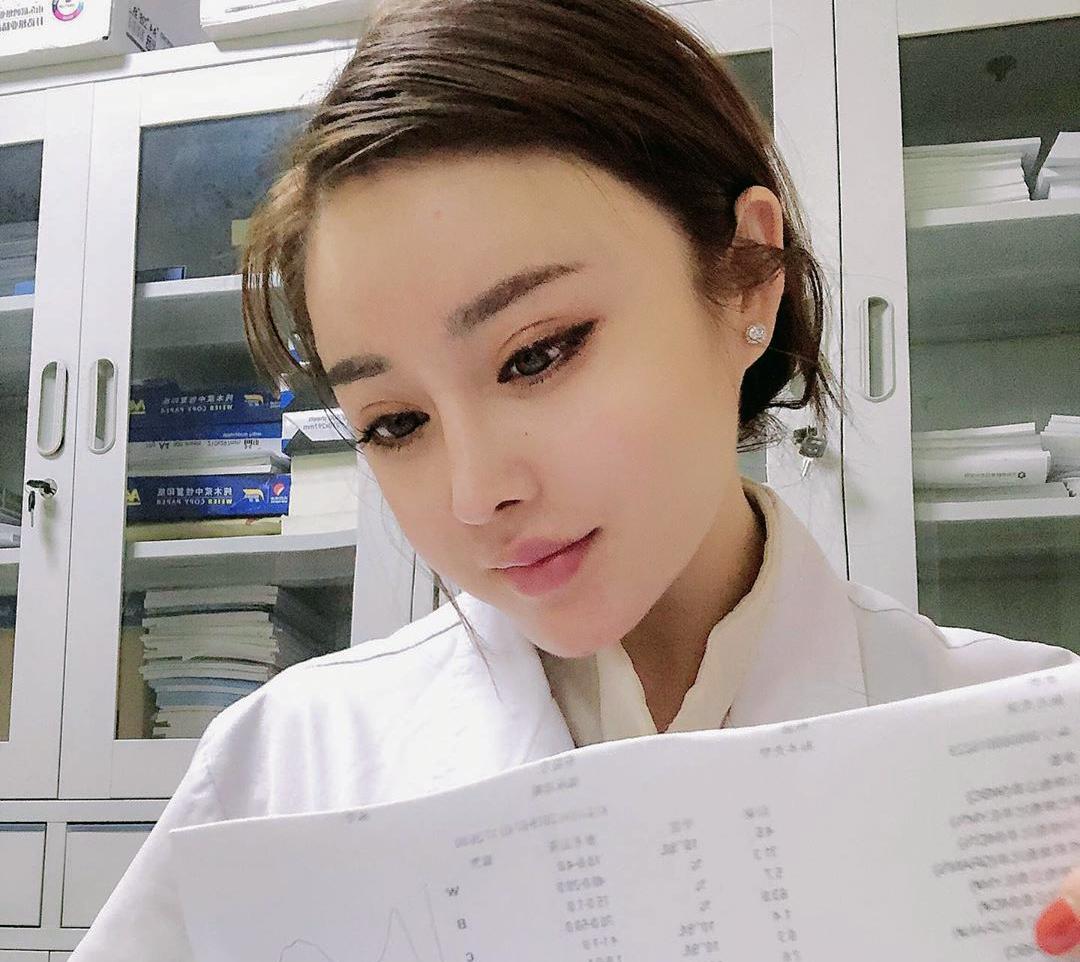 Trung Quốc: Nữ bác sĩ xinh đẹp chữa khỏi cho 170 bệnh nhân nhiễm virus Corona - 1