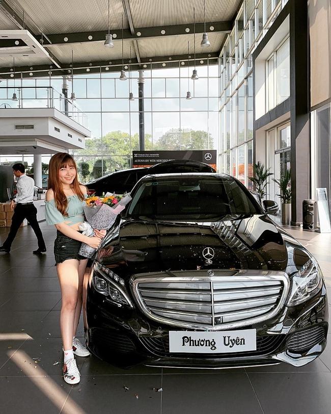 Năm 2018, Uyên Pu sắm cho mình chiếc xe Mercedes-Benz C250 hạng sang có giá khoảng 2 tỷ đồng. Đây là thành quả làm việc của cô sau 3 năm làm nghề.