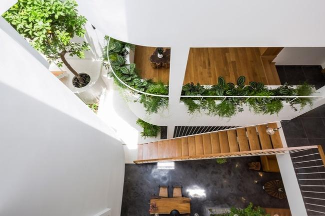 Cầu thang nhỏ và khoảng thông tầng giúp gắn kết 2 khu vực với nhau.