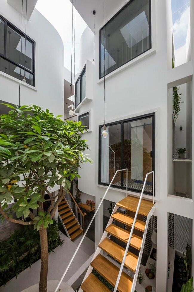 Các kĩ sư tậndụng ánh sáng tự nhiên và cây xanh, không chỉ để lấp đầy các khoảng trống kiến trúc bên trong ngôi nhà mà còn tô điểm cho các bức tường trắng bên trong của giếng trời.