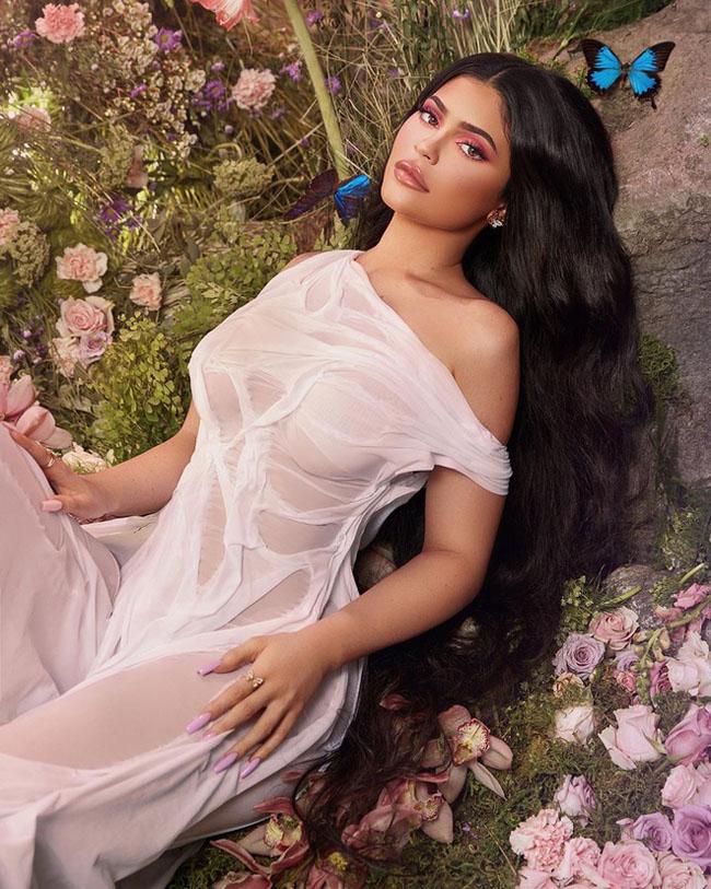 Thời trang váy ướt đang là trend được nhiều mỹ nhân trên giới yêu thích.