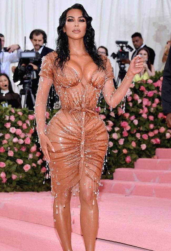 """Chiếc váy tạo nên hiệu ứng bó sát, tông đường cong đến nghẹt thở cùng hiệu ứng """"ướt sũng"""" được tạo tác nên bởi hàng nghìn viên pha lê đính kết dày đặc trên trang phục."""