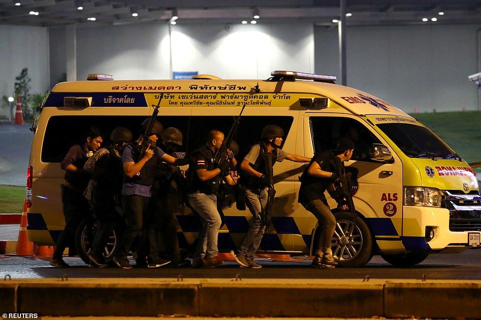 Chùm ảnh: Cảnh sát, quân đội Thái căng mình đối phó kẻ xả súng, sơ tán người dân - 1