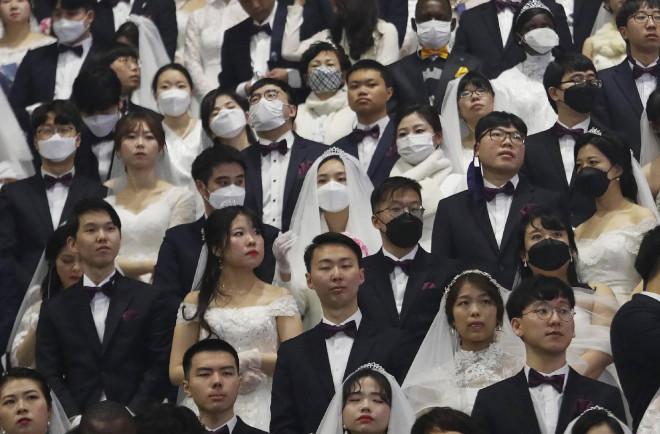Những hình ảnh đáng kinh ngạc về đám cưới tập thể của 6.000 cặp đôi giữa thời virus Corona - 1