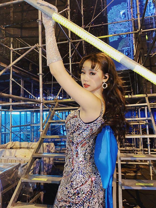 Khi biểu diễn, nữ ca sĩ sinh năm 2000 thường chọn những chiếc váy được điểm xuyết nhiều sequin để bắt ánh đèn sân khấu.