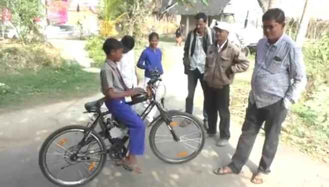 Bị cấm đi xe máy đến trường, cậu bé Ấn Độ chế tạo xe đạp chạy xăng - 1