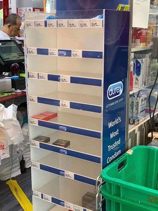 """Giới trẻ Singapore đổ xô đi tích trữ đồ, bao cao su cũng được """"vét sạch"""" - 1"""
