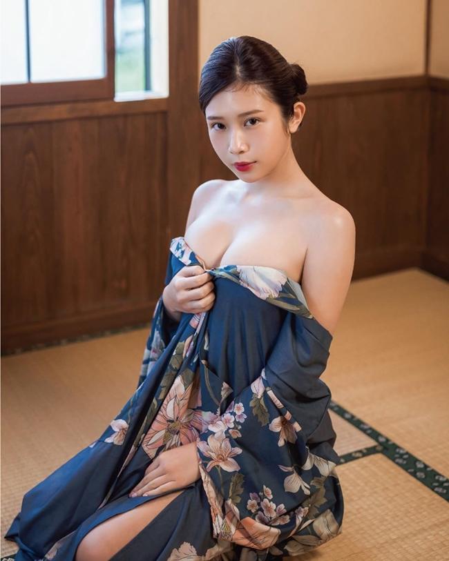 """Trịnh Gia Thuần được mệnh danh là nữ hoàng gợi cảm hay """"bom sex"""" xứ Đài khi sở hữu gương mặt ngây thơ nhưng lại có vóc dáng vô cùng nóng bỏng. Tháng 9.2019, diễn viên 26 tuổi gây chú ý khi sang Việt Nam chụp ảnh quảng cáo kết hợp nghỉ dưỡng. Bức ảnh khỏa thân của người đẹp được thực hiện tại đây gây chú ý với cộng đồng mạng. Mới đây, Trịnh Gia Thuần vướng tin đồn sang Nhật Bản đóng phim 18+ từ năm 19 tuổi."""