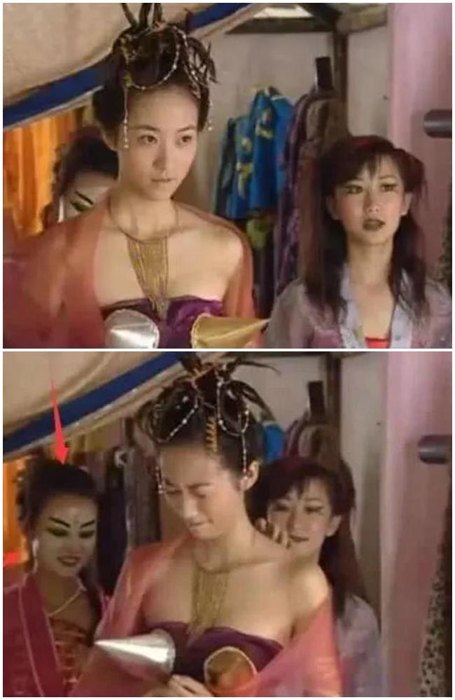 Biểu cảm của nữ diễn viên phụ phía sau Hàn Tuyết vô tình trở thành điểm nhấn trong khung hình dù nữ diễn viên đang diện bộ đồ gợi cảm nhất trong sự nghiệp đóng phim cổ trang của mình.