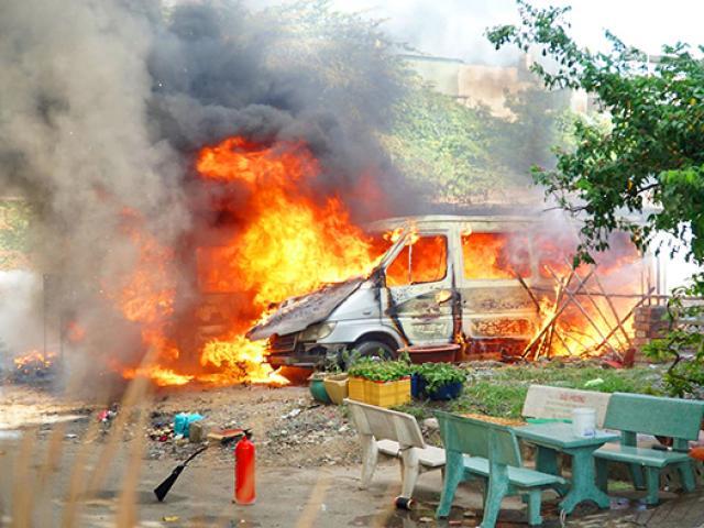 Hai ô tô bất ngờ bốc cháy dữ dội trong bãi đất trống ở Sài Gòn