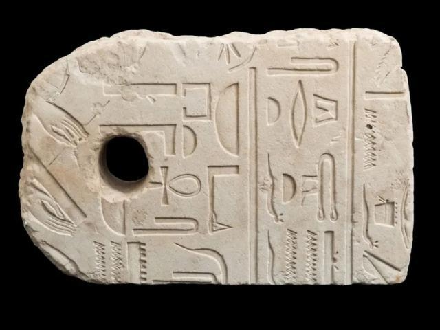 Đang đi bơi, vô tình vớt được cổ vật 3.400 năm tuổi của Ai Cập