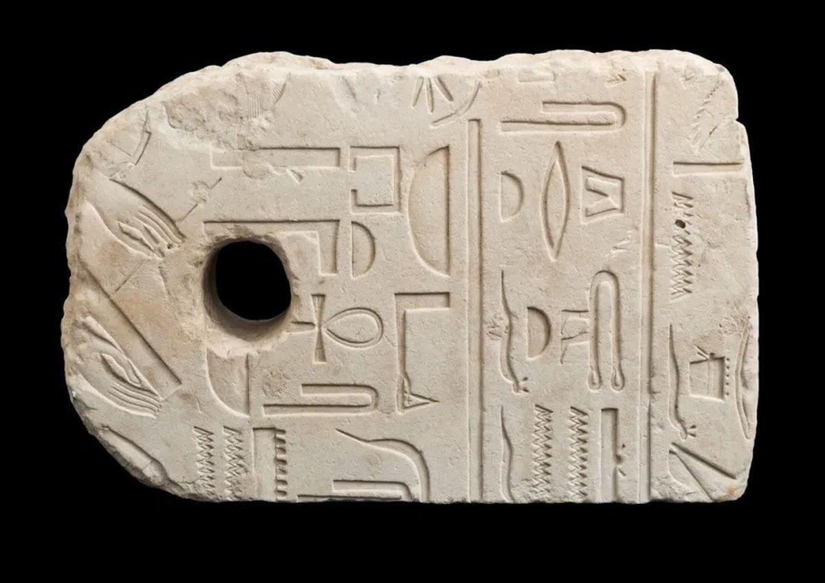 Đang đi bơi, vô tình vớt được cổ vật 3.400 năm tuổi của Ai Cập - 1
