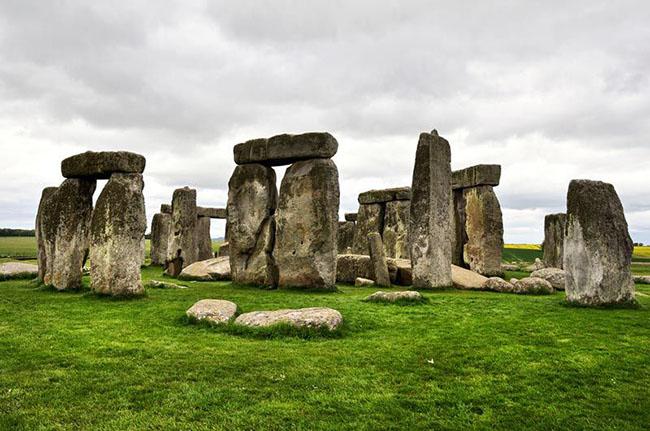 Những cột đá bí ẩn nặng hàng tấn ở Anh gây hoang mang cho các chuyên gia - 1