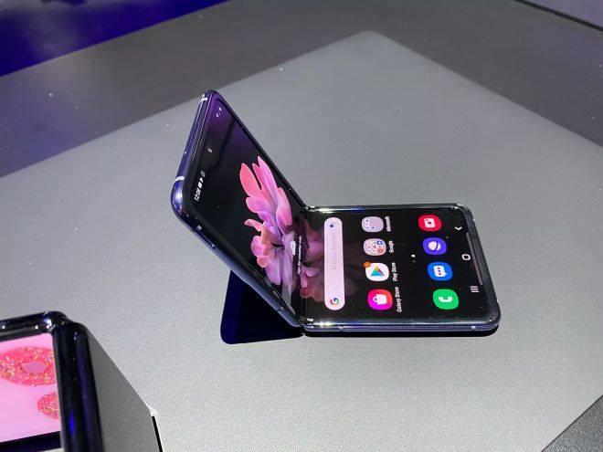 Samsung trình làng Galaxy Z Flip màn hình gập, giá tốt hơn nhiều Galaxy Fold - 1