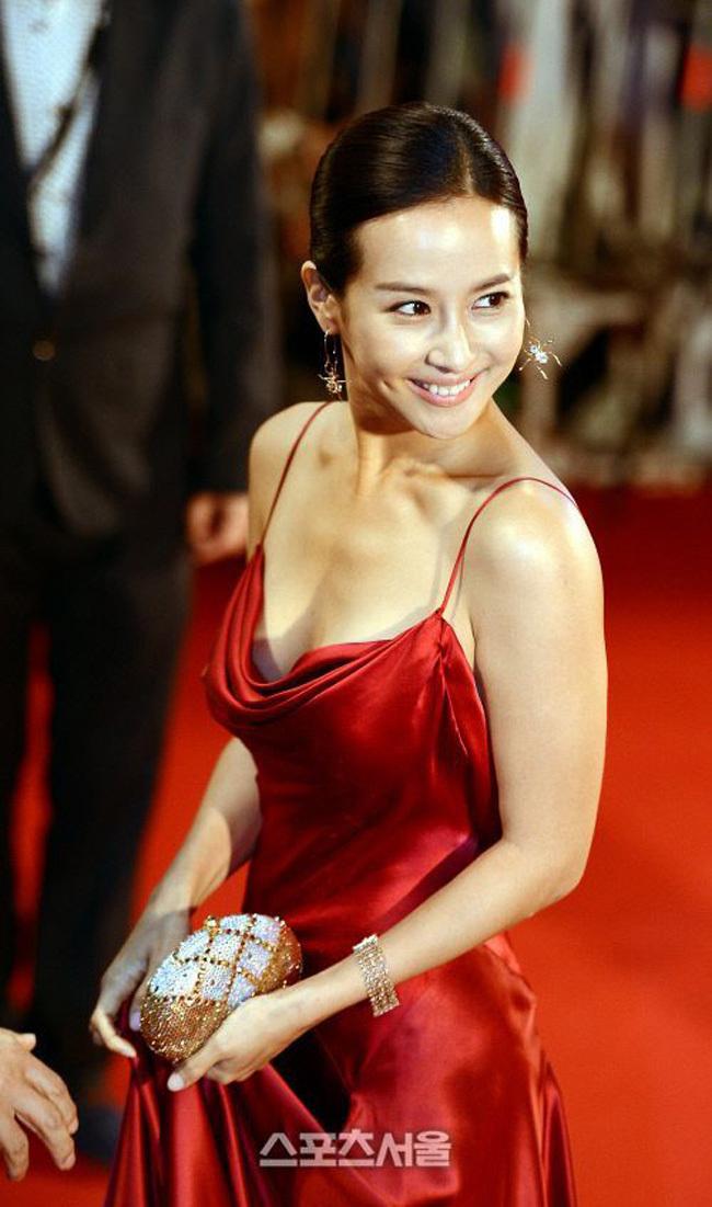 """Sau chiến thắng vang dội của bộ phim điện ảnh """"Parasite"""" (Ký sinh trùng), hai nữ diễn viên chính trong phim được nhắc đến nhiều trên truyền thông quốc tế. Một trong số đó là Jo Yeo Jung - người được mệnh danh """"nữ hoàng cảnh nóng""""."""