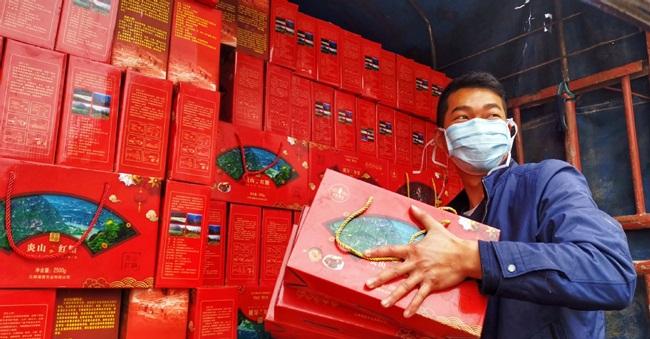 Nhiều địa phương ở Trung Quốc cũng ủng hộ bằng các hình thức khác nhau tới Vũ Hán. Mới đây nhất, tỉnh Vân Nam ủng hộ Vũ Hán rau, củ từ các trang trại. Còn huyện Hà Khẩu, Vân Nam ủng hộ Vũ Hán 22 tấn chuối.