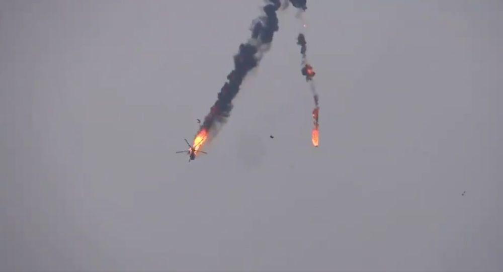 Video: Trực thăng Nga sản xuất trúng tên lửa của phiến quân, bốc cháy ngùn ngụt ở Syria - 1