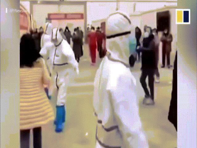 Bác sỹ và bệnh nhân nhiễm Corona lạc quan nhảy múa giữa tâm dịch
