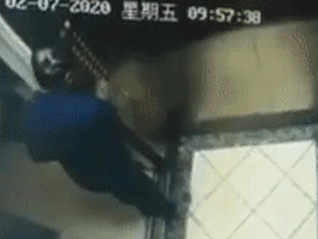 Phẫn nộ cảnh cụ ông nhổ nước bọt bôi vào thang máy chung cư giữa dịch bệnh nCov