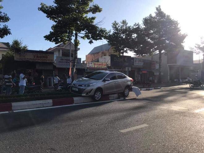 """Video: Tài xế lùi xe quá tệ khiến 2 xe máy """"ăn đòn"""" - 1"""
