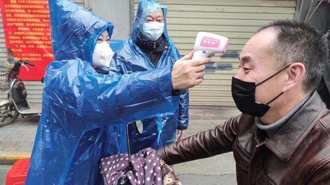 Hai đường dây nóng được huyện này đăng lên mạng Weibo để người dân liên lạc.
