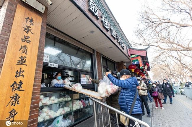 Ngày 11/2/2020, một cửa hàng bán bánh ở Đông Thành, Bắc Kinh, Trung Quốc đã tạo ra một cái ván trượt tại cửa sổ quầy hàng để giao bánh bao cho khách.