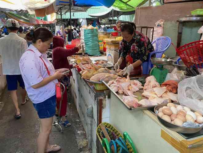 Giá thịt gà, vịt tại chợ, siêu thị cao gấp hai, gấp ba lần ở trại - 1
