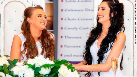 Hai cô gái đầu tiên kết hôn đồng giới ở Bắc Ireland - 1