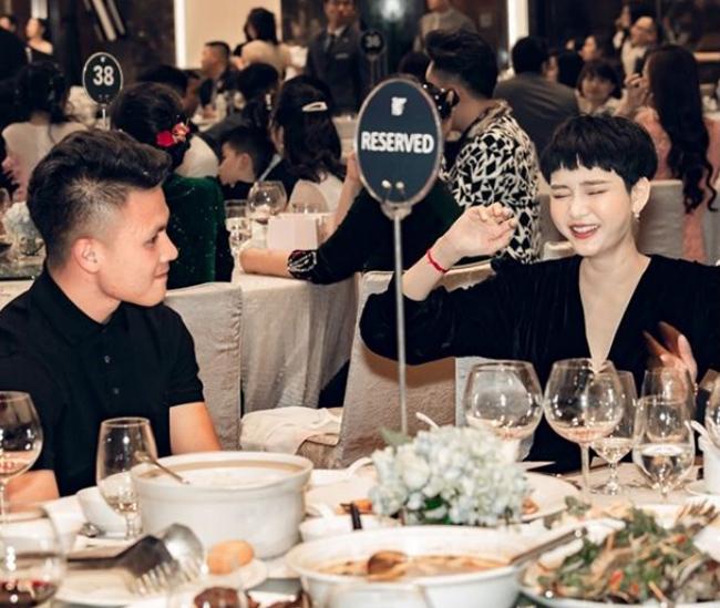 """Khi được ngồi xếp bàn, Quang Hải và Hiền Hồ cùng ngồi chung một bàn. Nam cầu thủ bị chụp lại khoảnh khắc nhìn say đắm giọng ca """"Có như không có"""" (Ảnh: Yan)."""
