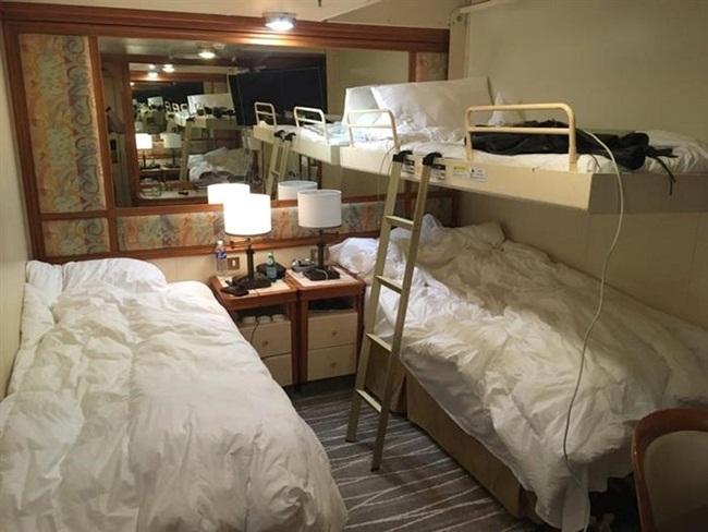 Đây là phòng có 3 giường trên tàu. Trên du thuyền có nhiều hạng phòng, không phải phòng nào cũng có thiết kế như thế này.