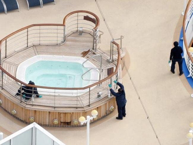 Nhân viên của du thuyền đang khử trùng một số khu vực