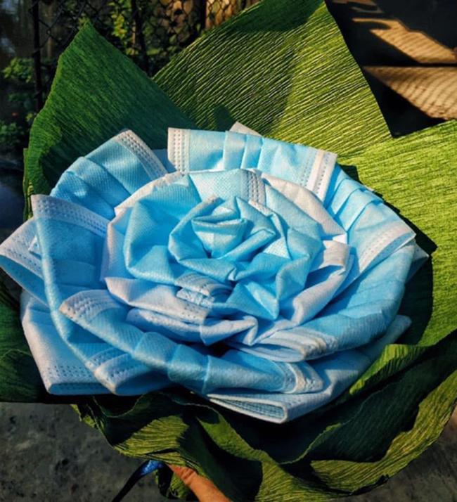Món quà giá trị nhất trong mùa dịch chắc chắn là bó hoa này.