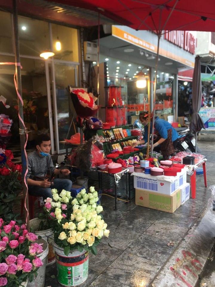 Sợ dịch corona, shop hoa tươi, quà tặng ế ẩm không ai mua ngày Valentine - 1