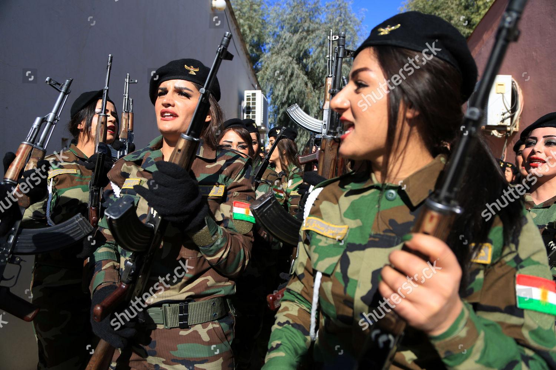 Chùm ảnh: Nữ chiến binh người Kurd xinh đẹp dùng răng xé rắn, thỏ - 1
