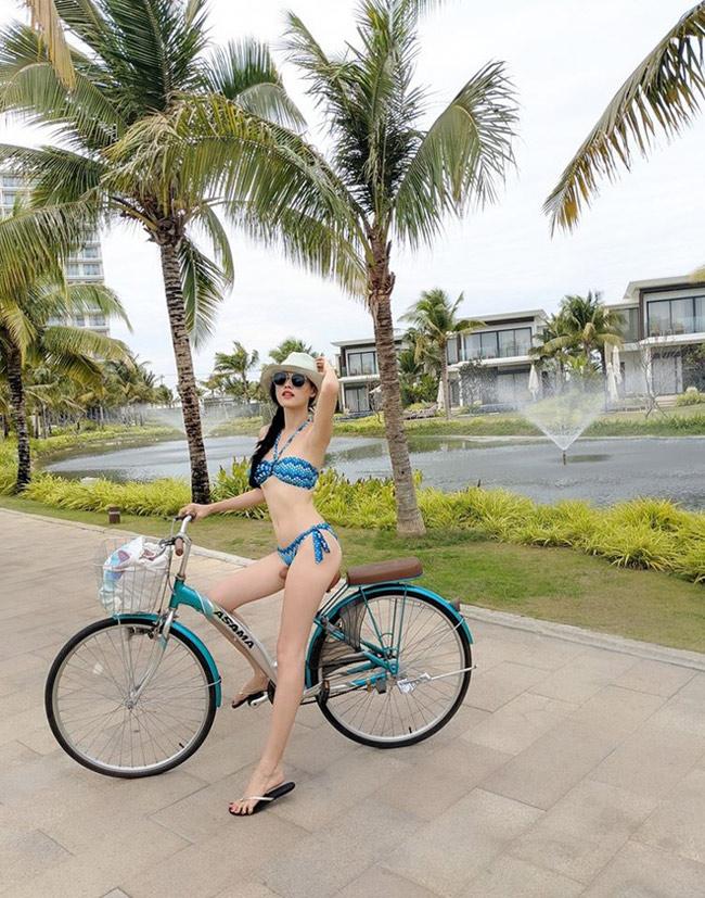 Trên trang cá nhân, người mẫu Tuyết Lan khoe vóc dáng nuột nà khi mặc bikiniđi xe đạp.