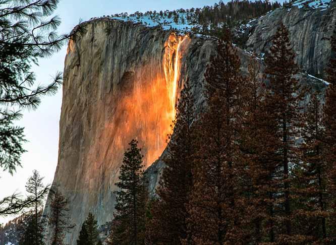 Lạ lùng thác nước rực cháy trông như nham thạch đang chảy xuống - 1