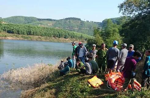 Huế: Thuyền chở 12 người bất ngờ lật giữa sông, 3 người mất tích - 1