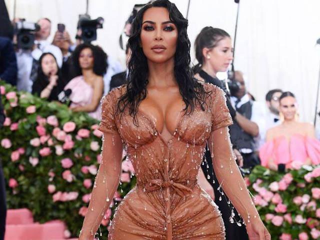 Thời trang - Những chiếc váy khó tiêu hoá, không thể ngồi hay đi vệ sinh của cô Kim