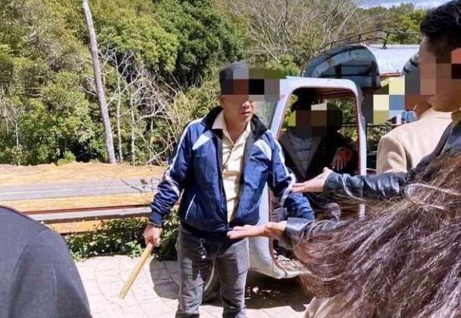 Tranh giành chỗ chụp hình, một du khách Thái Lan bị đánh bầm dập - 1