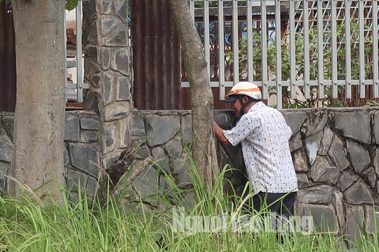 Clip: Đám đông hiếu kỳ vẫn chưa buông căn nhà hoang nơi Lê Quốc Tuấn ẩn nấp - 1