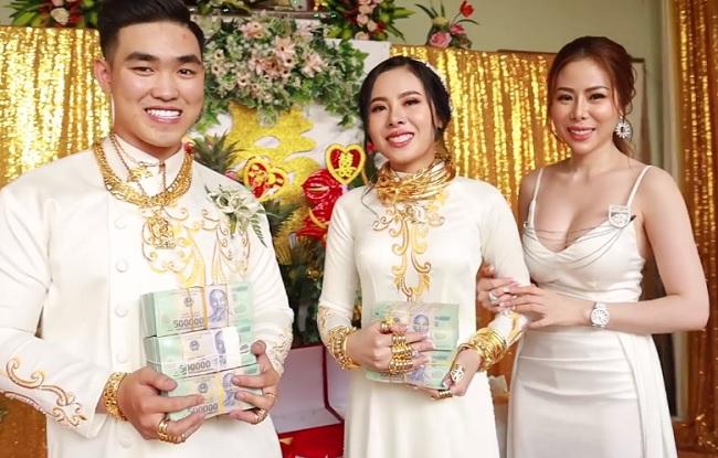 Chị gái tặng quà cưới 49 cây vàng và 2,5 tỷ, cô dâu chú rể toát mồ hôi đứng nhận - 1