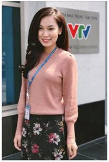 BTV mới xinh đẹp của Thời sự 19h trên VTV1 đang thu hút sự chú ý là ai? - 14