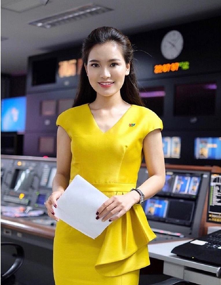 BTV mới xinh đẹp của Thời sự 19h trên VTV1 đang thu hút sự chú ý là ai? - 8