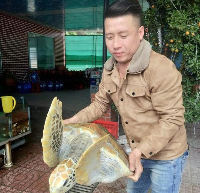 Bỏ tiền túi mua rùa biển quý hiếm nặng 30kg để... thả về biển - 1