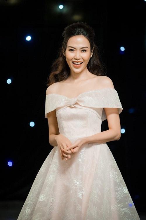 """Hoa hậu Việt """"khóc trên Mercedes thích hơn ngồi sau Wave Tàu"""" khiến ai cũng ngỡ ngàng - 3"""