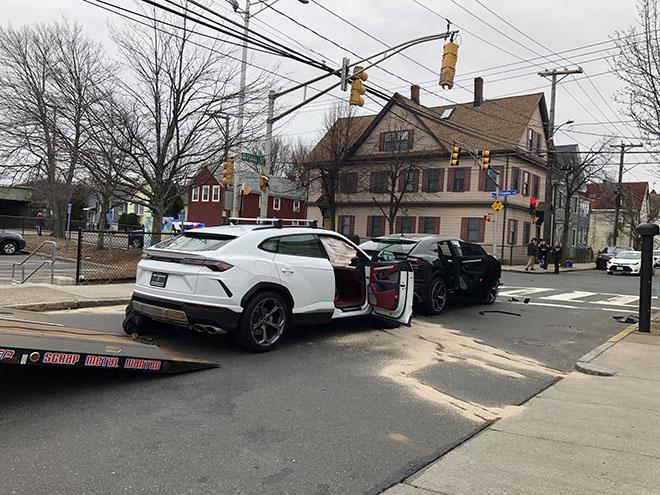 Hai thanh niên chưa bằng lái trộm siêu SUV Lamborghini Urus và gây tai nạn - 1